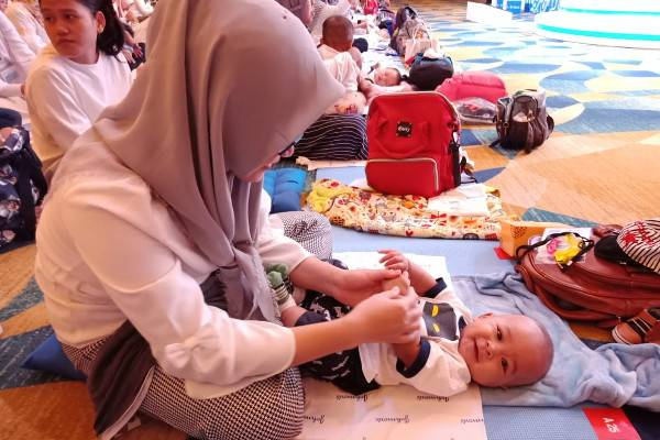 Gerakan Pijat Bayi Nasional Ajak Ibu Pijat Bayi Sendiri: read it and you will know all about Gerakan Pijat Bayi Nasional Ajak Ibu Pijat Bayi Sendiri for moms, the most interesting about Gerakan Pijat Bayi Nasional Ajak Ibu Pijat Bayi Sendiri on a site motherandbaby.co.id