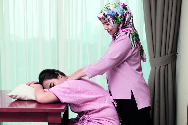 Tips Melancarkan ASI dengan Pijat Oksitosin: read it and you will know all about Tips Melancarkan ASI dengan Pijat Oksitosin for moms, the most interesting about Tips Melancarkan ASI dengan Pijat Oksitosin on a site motherandbaby.co.id